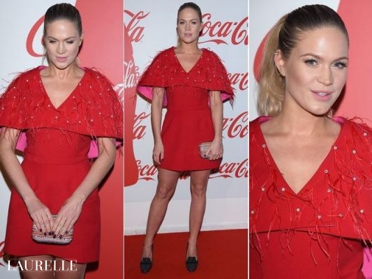 Premierowa czerwona sukienka z pelerynką na każdą okazję